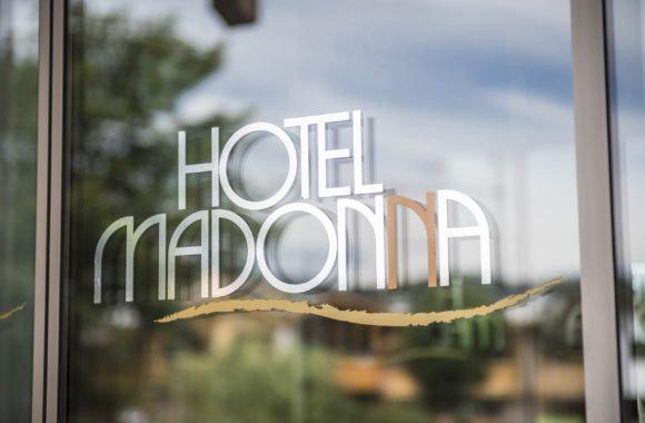 Madonna Kennenlerntag_Hotelansicht Eingang