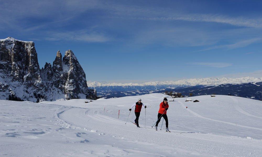 Divertimento invernale nella neve in una vacanza di coppia