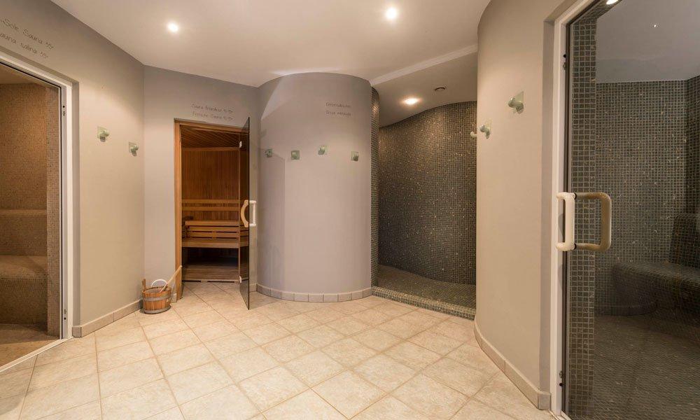 Godersi la vacanza benessere nelle Dolomiti nel bagno turco e nella sauna di sale