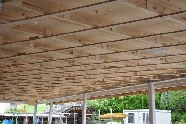 Der Unterbau der Holzdecke im Speisesaal ist vollendet.