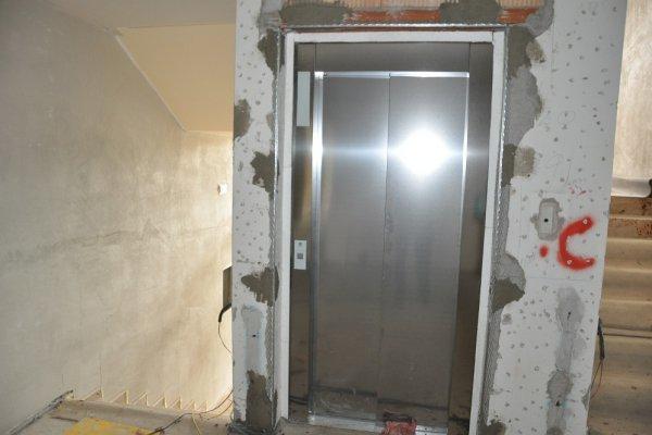 Der Aufzug glänzt in seiner vollen Pracht.