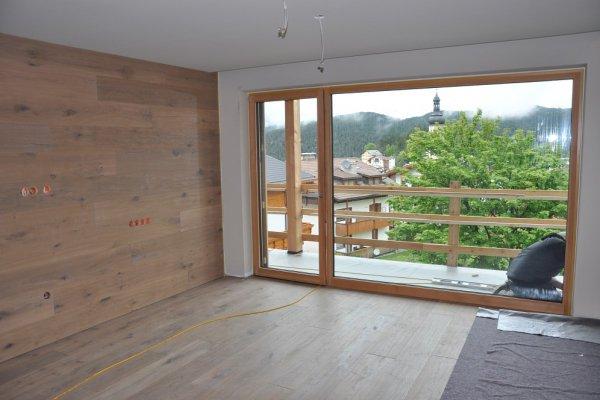 Der Holzboden sowie die Wandtäfelung warten auf die Einrichtung.