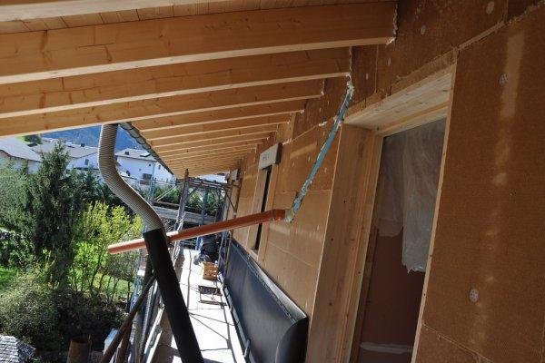 Die Holzfassade ist nun bis unter dem Dach mit Holzfaserplatten gedemmt.