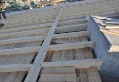 Hier erkennt man wie die Dachschalung zwischen den Sparren eingesetzt wird.