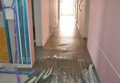 Der Unterboden aus naturbelassenem Schaumbeton schützt die Installationsleitungen.