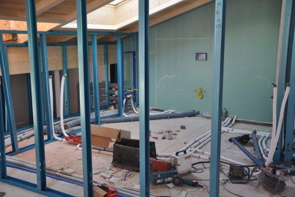 Diese Woche beginnt planmäßig die Errichtung der Trennwände und zeitgleich die Installationsleitungen im Dachgeschoss.