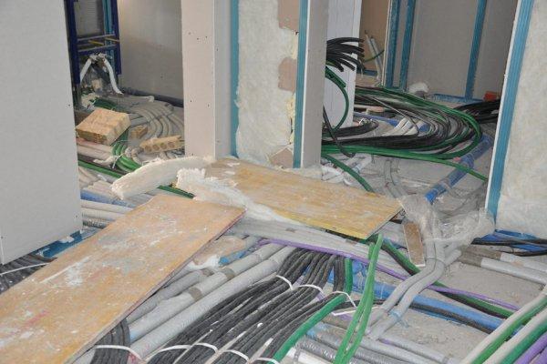 Wir sehen nur Rohre und Schläuche aber die Arbeiter am Bau haben den Durchblick.
