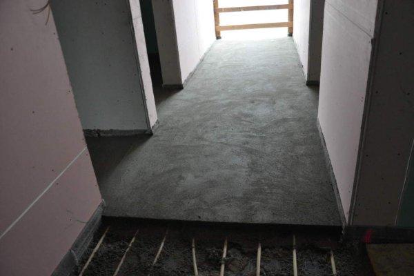 Bereits in vielen Zimmern bedeckt der Estrich die Bodenheizung.