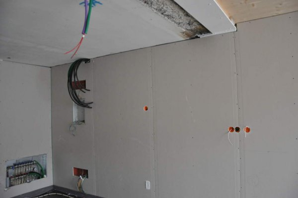 Die Rohinstallation in den Obergeschossen ist großteils abgeschlossen.