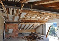 Unser Dachgeschoss: Das gesamte Holz - Mauerwerk wird abgetragen.