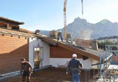 Auch das Dach über dem Privathaus wird nun abgetragen.